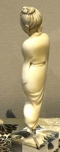 Asian Works of Art  - Okimono d'une danseuse en ivoire