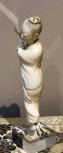 Okimono d'une danseuse en ivoire -