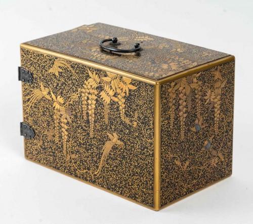 Asian Works of Art  - Ko-dansu (petit cabinet) en laque or