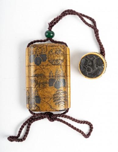 Inro à 4 cases en laque or et argent 18ème siècle - Asian Works of Art Style