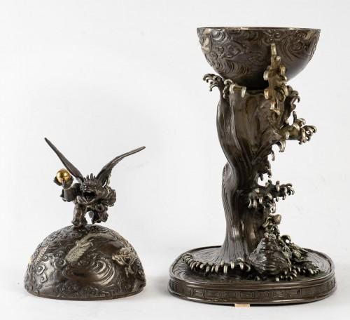 Antiquités - Rare bronze of a Tengu, a dragon and an impressive wave