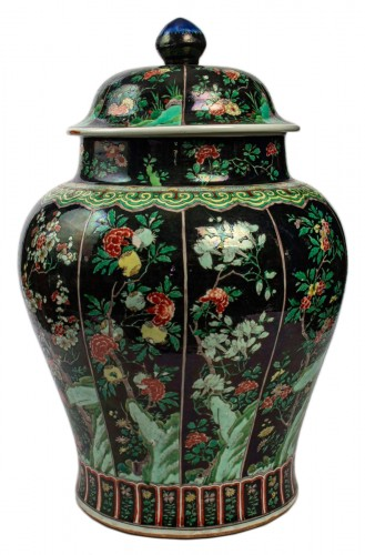 A magnificent Famille noire/Famille verte jar and cover, Kangxi period