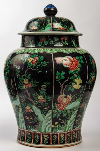 A magnificent Famille noire/Famille verte jar and cover, Kangxi period - Asian Works of Art Style