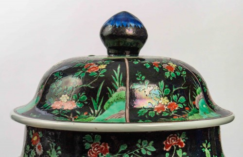 18th century - A magnificent Famille noire/Famille verte jar and cover, Kangxi period
