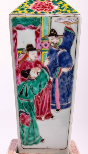 Antiquités - A pair of Famille rose vases on porcelain stands, Yongzheng period