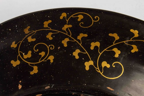 A large Arita porcelain with gold and lacquer dish, Edo Period -