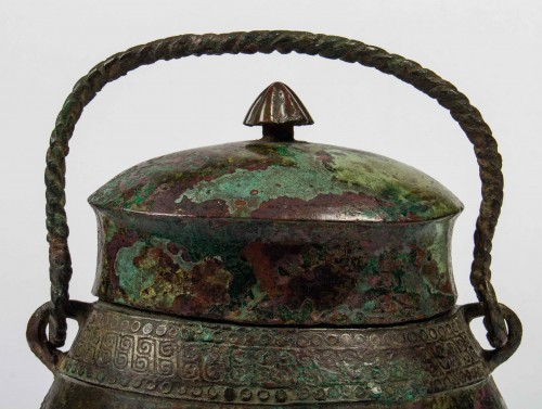 "A ritual wine vessel ""You"" bronze vase and cover, Warring States period - Asian Works of Art Style"