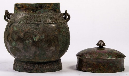 "A ritual wine vessel ""You"" bronze vase and cover, Warring States period -"