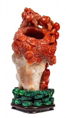 Vase in red and white carnelian agate in the shape of a pine trunk