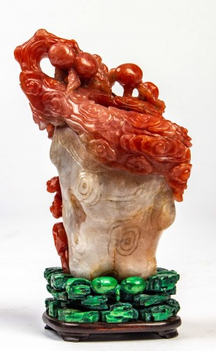 Vase in red and white carnelian agate in the shape of a pine trunk  - Asian Works of Art Style