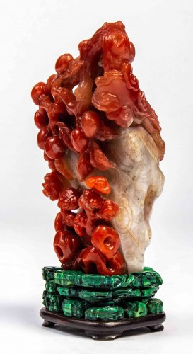 Asian Works of Art  - Vase in red and white carnelian agate in the shape of a pine trunk