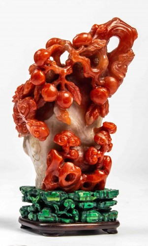 Vase in red and white carnelian agate in the shape of a pine trunk  -