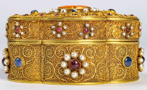 Asian Works of Art  - A Chinese box in filigree gold with coral, kingfisher feathers, hard stones