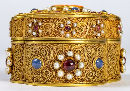A Chinese box in filigree gold with coral, kingfisher feathers, hard stones -