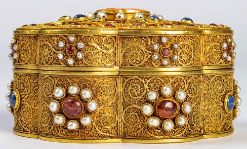18th century - A Chinese box in filigree gold with coral, kingfisher feathers, hard stones