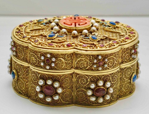 Antiquités - A Chinese box in filigree gold with coral, kingfisher feathers, hard stones