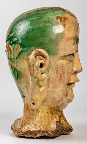 Antiquités - An important Chinese Luhoan head in three-color enamelled stoneware