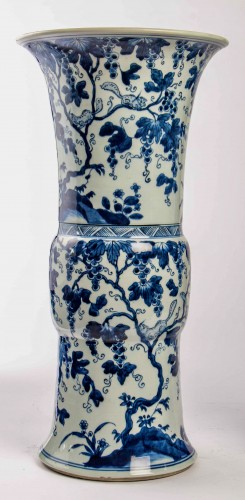 Antiquités - A Near pair of blue white large vases with squirrels, Kangxi period