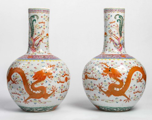 """A Rare Pair of """"tianqiuping"""" fencaï vases with dragons and phoenixes - Asian Works of Art Style"""