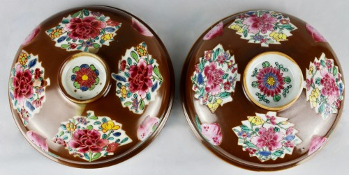 Antiquités - A pair of large Batavian Famille rose covered pots, 18th century