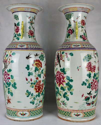 Antiquités - A Pair of large Chinese Famille rose vases with couples of birds, 19th cent