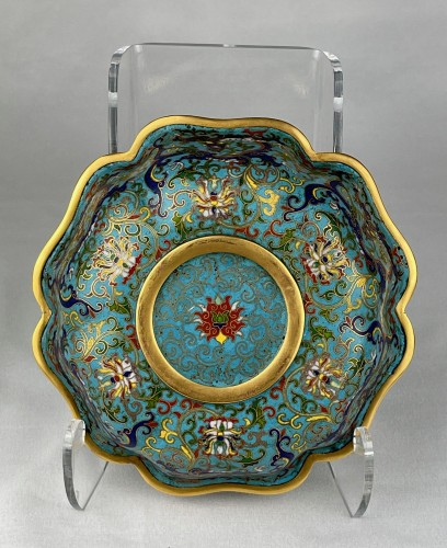 19th century - A lobed cloisonné bowl with lotus and dragons, 19th century