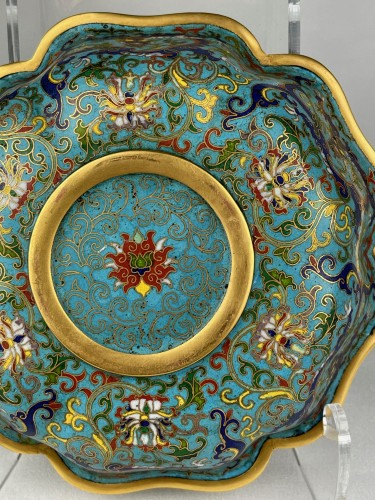 A lobed cloisonné bowl with lotus and dragons, 19th century -