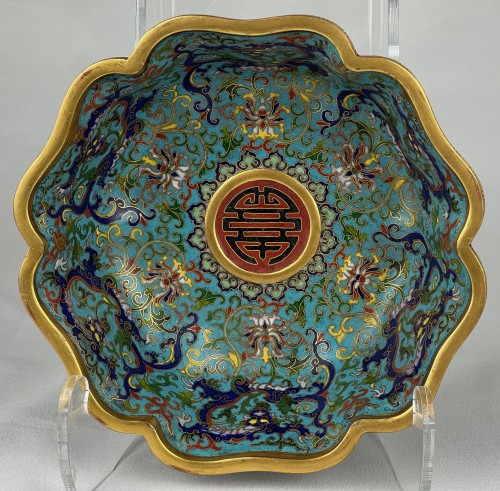 Antiquités - A lobed cloisonné bowl with lotus and dragons, 19th century