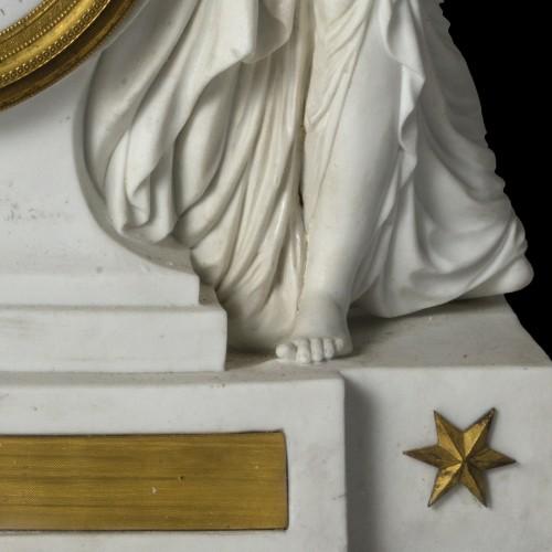 Antiquités - An Empire biscuit mantel clock,
