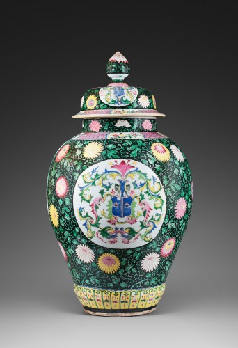 A pair of Chinese covered vases  - Porcelain & Faience Style