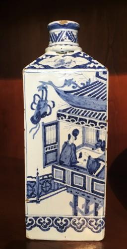 A Delft faience bottle - Porcelain & Faience Style