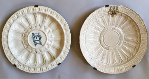 Two Faenza large chargers - Porcelain & Faience Style